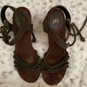 Gap wedge sandals size 7w